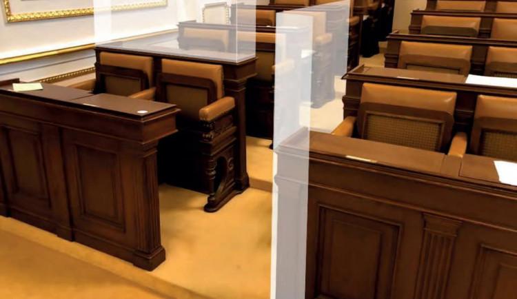 Bariéra ve Sněmovně kolem míst Volného a Bojka je hotová. Vyšla na 30 tisíc