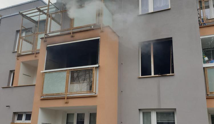 Hasiči museli evakuovat 20 lidí kvůli požáru domu v Bohnicích