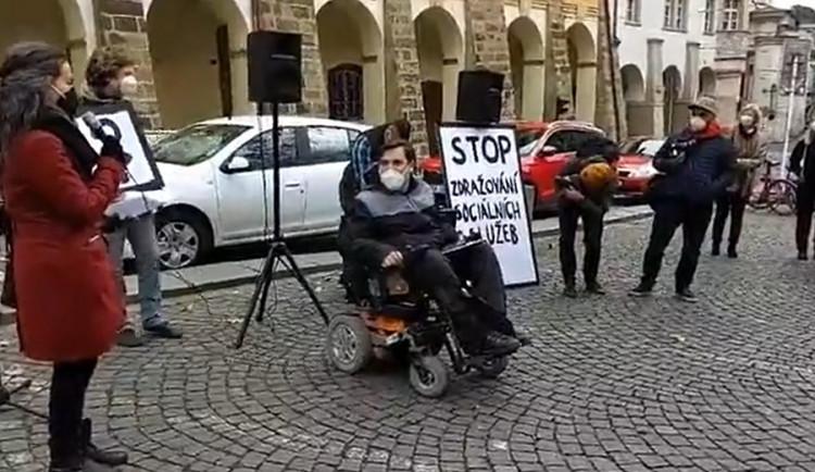 Desítky lidí s postižením a jejich asistentů protestovaly v centru Prahy proti zdražení sociálních služeb