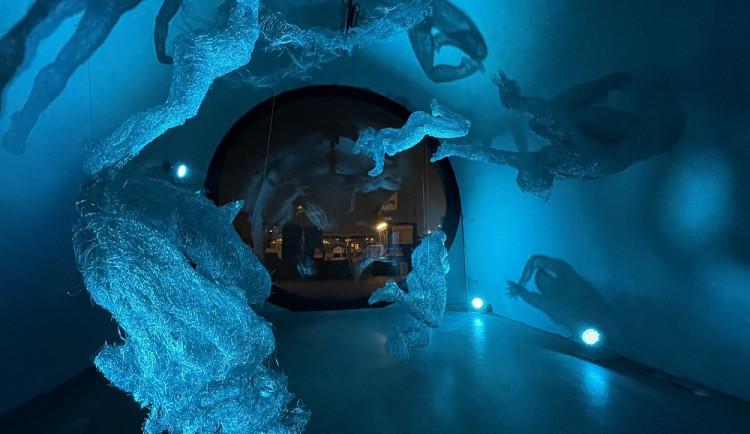 Kobka na pražské náplavce v noci ožívá. Výstava drátěných figur vynikne nejlépe za tmy