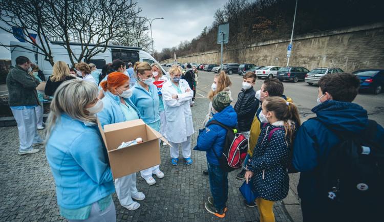 Pražští školáci napekli sladkosti pro zdravotníky. Potěšili personál nemocnice na Homolce