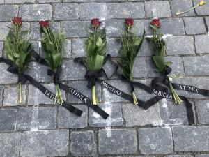 Miroslav Kalousek položil růže ke křížkům na Staroměstském náměstí za lidi, kteří na místo sami nemohli