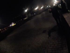 Muž chtěl skočit z Karlova mostu. Zachránil ho jeden z policistů