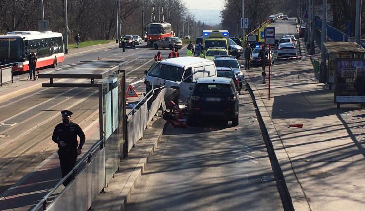 Dodávka v Praze 6 najela do lidí na zastávce. Pět osob je zraněno