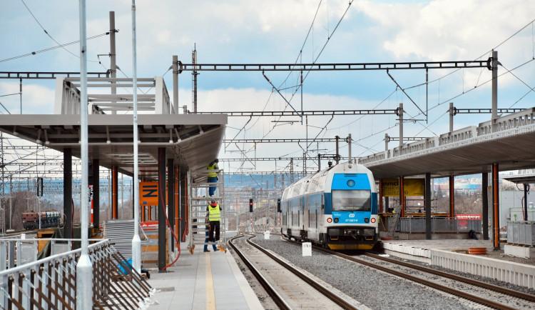 Železniční stanice Praha-Zahradní Město bude Pražanům sloužit od září. Podívejte se, jak vypadá její výstavba