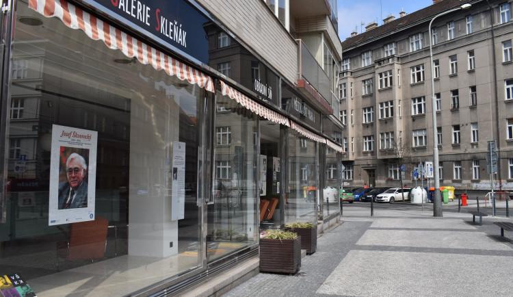 V Galerii Skleňák v Praze 6 je možné zhlédnout výstavu věnovanou Josefu Škvoreckému
