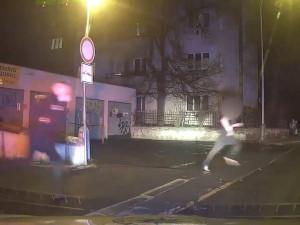 Mladík v papučích utíkal a ujížděl policistům. Byl pod vlivem alkoholu a měl zákaz řízení