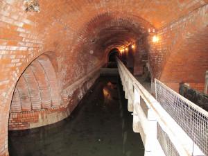 Muž v Praze hodil svého známého do kanálu, kde se utopil. Tělo našli v čističce odpadních vod