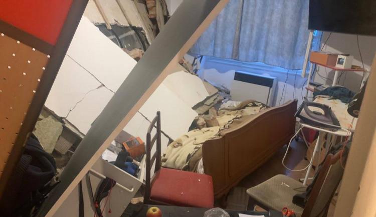 V Praze praskla zeď bytového domu a část se zřítila. Hasiči evakuovali přes dvacet lidí