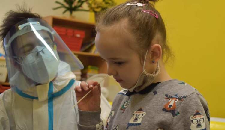 Žáci ze dvou pražských škol si vyzkoušeli antigenní i PCR testy na koronavirus