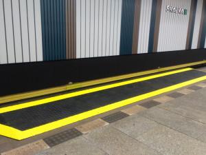 Ve stanici metra Skalka jsou nové nájezdové rampy. Usnadňují nájezd lidem na vozíku