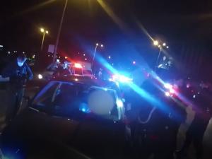 Žena ujížděla vysokou rychlostí policii a najížděla na služební vůz. Policisté použili zastavovací pás