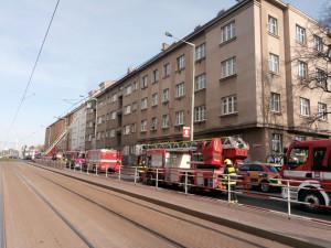 V Praze hořel byt. Jedenáct lidí je zraněno, dva jsou ve vážném stavu