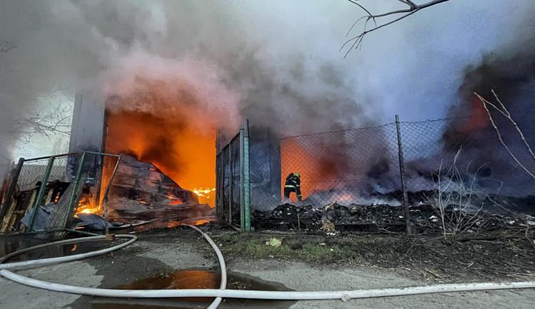 Požár haly v Praze zablokoval dopravu v celé oblasti. Chemici varovali, aby lidé nevětrali