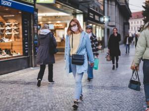 Lidé vyrazili do znovuotevřených obchodů. Jaká je situace v Praze?