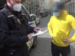 Mladík ztratil peníze, které vybral z bankomatu. Ty pak poletovaly po ulici v centru Prahy