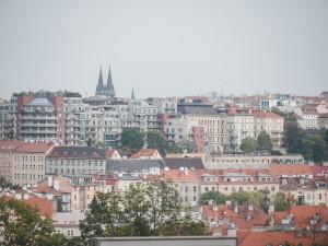 Praha chce do roku 2030 ročně postavit 9 tisíc nových bytů a omezit počet bytů pro Airbnb
