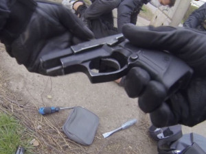 Muž s pistolí v ruce se vloupal do obytného domu. Policisté ho zadrželi krátce po činu
