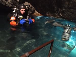 Pražští hasiči cvičili v důlních šachtách v Rychlebských horách orientaci pod vodou