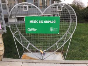 Zahradní Město v Praze 10 ozdobilo velké kovové srdce. Má motivovat k třídění plechovek