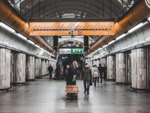Pražské metro od pondělí zkrátí ve špičkách intervaly na všech třech linkách