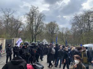 Před ruskou ambasádou demonstrovala stovka lidí. Provolávali Rusku hanbu