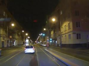 Řidič se řítil Prahou rychlostí 170 kilometrů za hodinu. Nakonec havaroval do sloupu