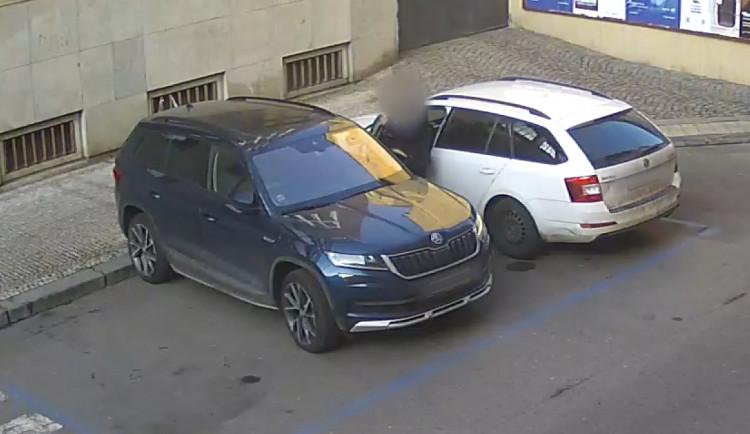 Policisté poslali do vazby 11 lidí v souvislosti s vloupáním do aut v centru Prahy