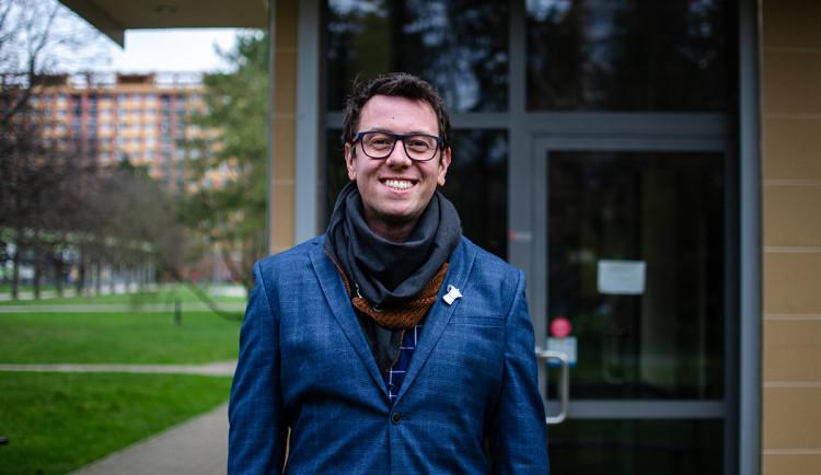 Neslyšící jsou neskutečně zábavní, říká Leoš Mačák, ředitel organizace pomáhající uplatnit se neslyšícím v běžném životě
