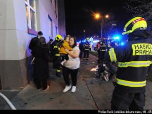 Hasiči zachránili 16 lidí při nočním požáru v Praze 4. Jeden člověk skončil v péči záchranářů