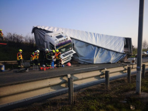 Vážná dopravní nehoda zastavila provoz na Pražském okruhu u Modletic. Místo je stále neprůjezdné