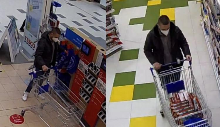 Policisté pátrají po muži, který ukradl lego za 15 tisíc. Neviděli jste ho?