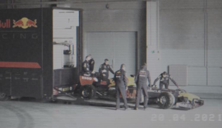 Formule 1 přejížděla Karlův most. Tým Red Bull v Praze natáčí reklamu