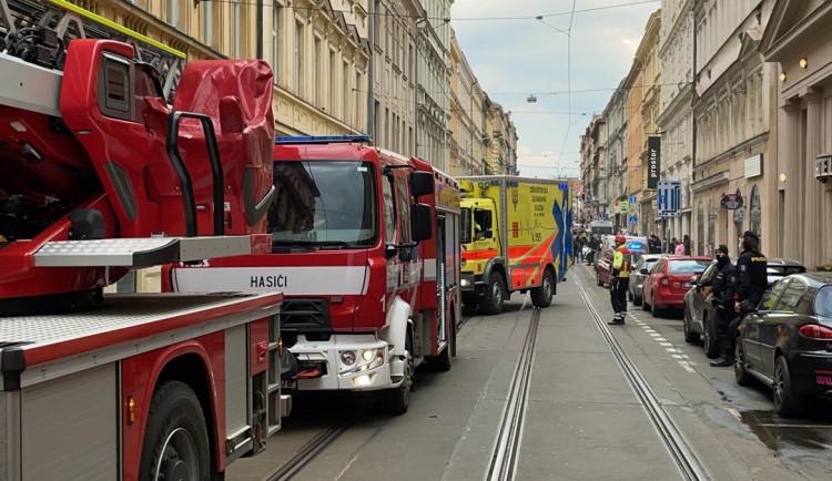 Požár bytu v Praze blokoval dopravu. Hasiči zachránili čtyři lidi a jednoho psa