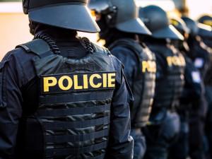 U ruské ambasády v Praze hlídkují policisté. Údajně dohlížejí na bezpečnost