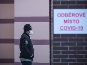 Koronavirus zpomaluje. Přibylo nejméně nakažených ve všední den od konce září