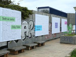Výstava Básně z dálnice je výběrem sloganů z billboardů u českých dálnic