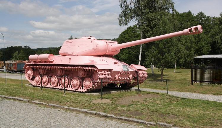 Smíchovský sovětský tank poprvé zrůžověl před 30 lety. Barvu změnil ještě několikrát