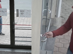 Muži, který ukradl v obchodě peněženku, hrozí až dva roky vězení. Nepoznáváte ho?