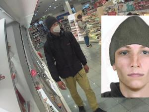 Zloděj s nožem v ruce ohrožoval v drogerii ochranku. Pomůžete ho najít?