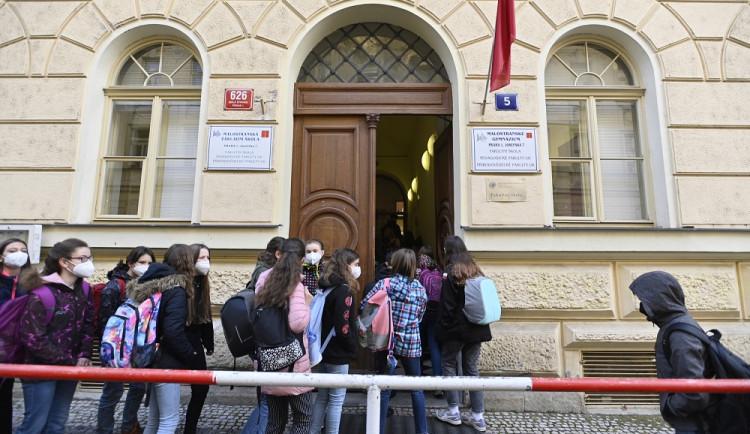V Praze proběhl návrat dětí do škol bez potíží. Některým školám ale chybí testy