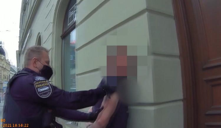 Nahý muž v centru Prahy tloukl do projíždějících tramvají. Strážníka pak vyzval na souboj