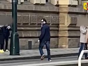 Muž sexuálně obtěžuje ženy na tramvajových zastávkách. Neviděli jste ho?