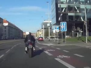 Policistůmujížděl motorkář na drogách. Našli ho, jak se krčí mezi zaparkovanými auty