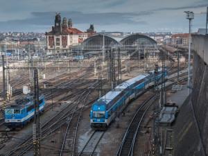 Rychlík v Praze usmrtil člověka. Nehoda zastavila provoz vlaků