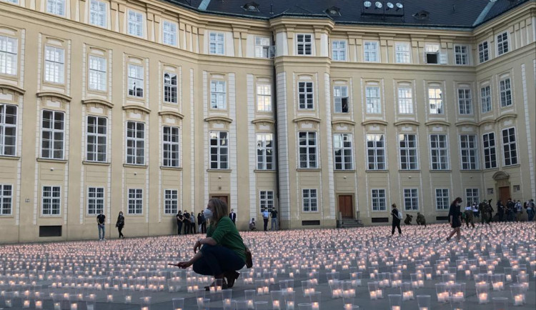Na Pražském hradě se koná pietní akt za oběti koronaviru. Nádvoří rozzářilo 30 tisíc svíček