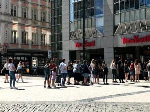 Obchody otevřely. Před některými prodejnami v Praze se tvořily fronty