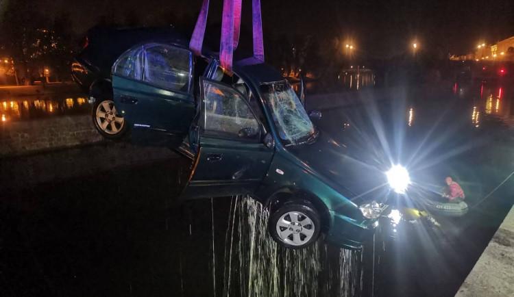 Do Vltavy v noci sjelo auto. Jeden člověk skončil v péči záchranářů