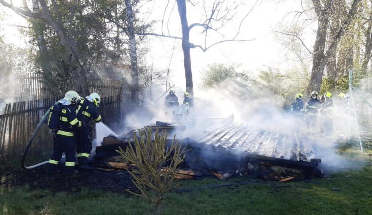 Hasiči našli při požáru v Praze mrtvého člověka. Případ si převzala policie