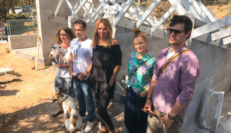 Na stavbu psího útulku ve Velkých Popovicích se přišla podívat Ivana Chýlková, Hana Holišová i David Kraus